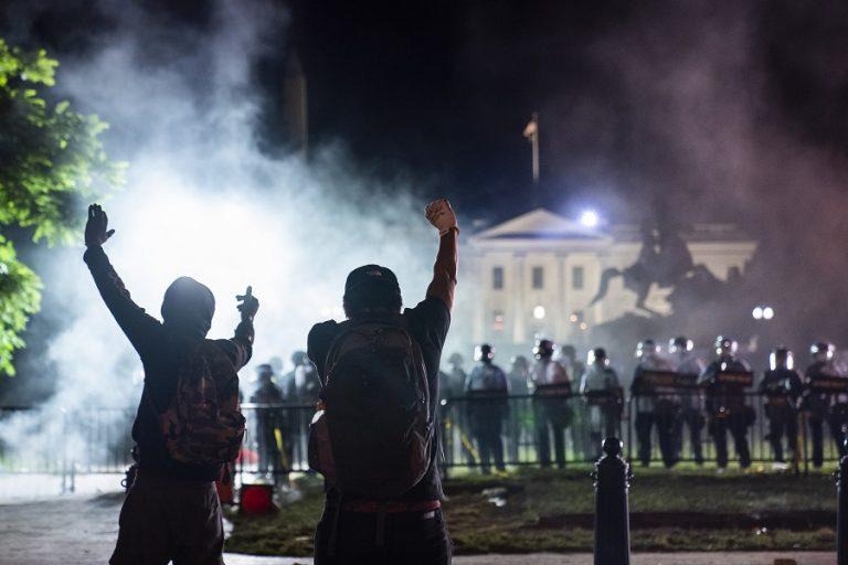 Δακρυγόνα και βία στον Λευκό Οίκο- Σε καταφύγιο φυγαδεύτηκε ο Τραμπ (Φωτογραφίες και Βίντεο)