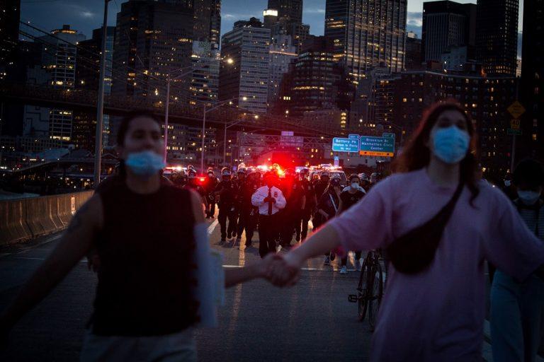 Χιλιάδες διαδηλωτές στους δρόμους των ΗΠΑ- Σε απόσταση αναπνοής από την Ουάσιγκτον 1.600 στρατιώτες
