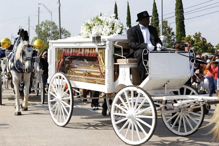 Το τελευταίο αντίο στον Τζορτζ Φλόιντ: Συγκίνηση και αντιρατσιστικά μηνύματα στην κηδεία του (Φωτογραφίες- Βίντεο)