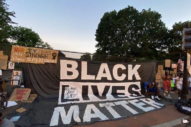 Με αφίσες νεκρών Αφροαμερικανών από αστυνομική βία καλύφθηκε ο φράχτης ασφαλείας του Λευκού Οίκου