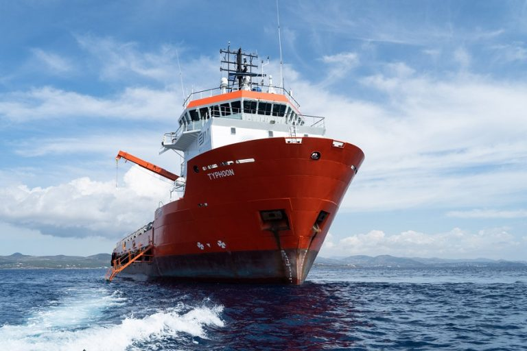 «Typhoon Project»: To υπερσύγχρονο πλοίο «Τυφώνας» στη Μακρόνησο σε μια ξεχωριστή αποστολή καθαρισμού (Βίντεο και φωτογραφίες)