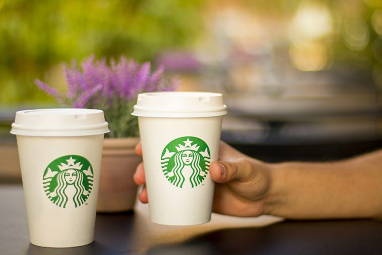 Νέο πλήγμα για το Facebook: Η Starbucks προστίθεται στη λίστα των κολοσσών που αποσύρουν τις διαφημίσεις τους