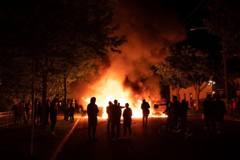 «Καζάνι» που βράζει οι ΗΠΑ – Αυξάνονται οι νεκροί, άγριες οι συγκρούσεις, «πεδίο» μάχης πολλές πόλεις
