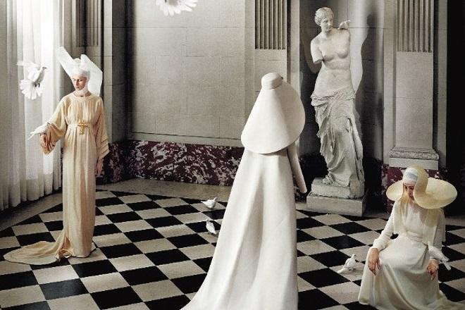 Οι φωτογραφίες του εμβληματικού σόου «Heavenly Bodies» για τη Vogue είναι διαθέσιμες στο διαδίκτυο