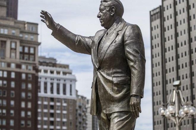 Η Φιλαδέλφεια αφαίρεσε το άγαλμα του Frank Rizzo, πρώην αρχηγού αστυνομίας και ρατσιστή δημάρχου