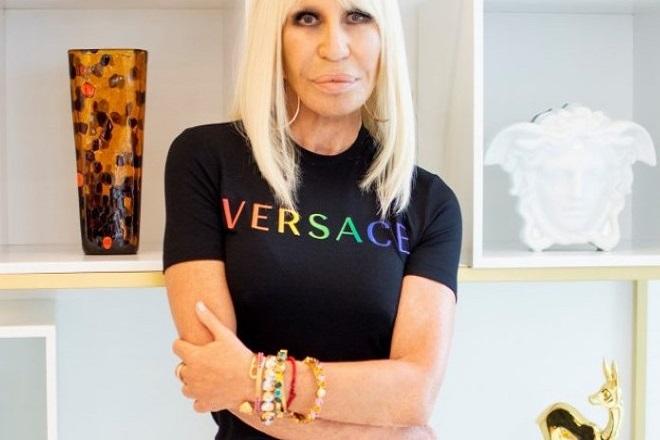 Ο οίκος Versace κυκλοφόρησε capsule συλλογή Pride 2020