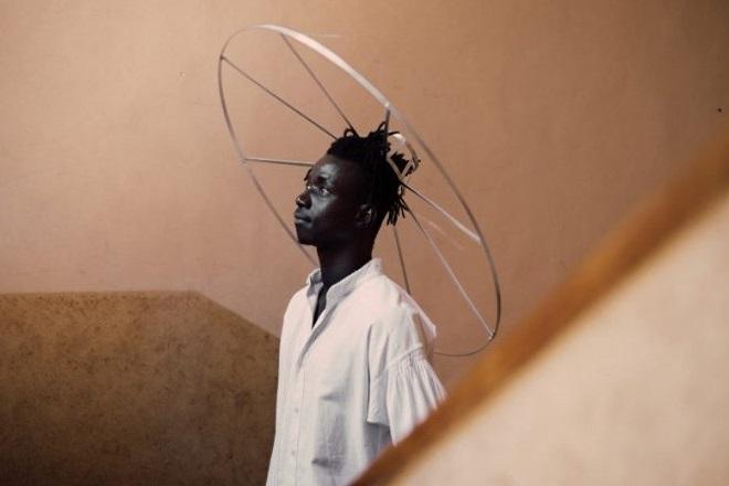 Ιταλίδα σχεδιάστρια φτιάχνει… τεράστια καπέλα για την τήρηση των αποστάσεων