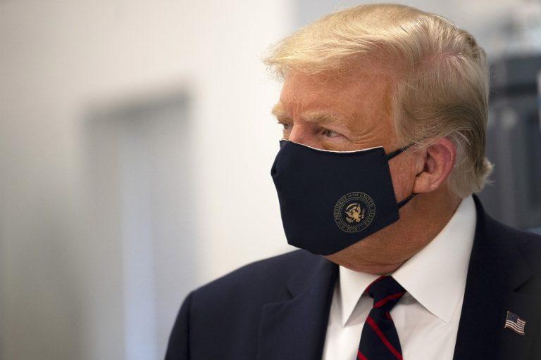 Ο Τραμπ προσποιείται ότι νοιάζεται για την πανδημία, ενώ η δημοτικότητά του έχει πάρει την «κάτω βόλτα»