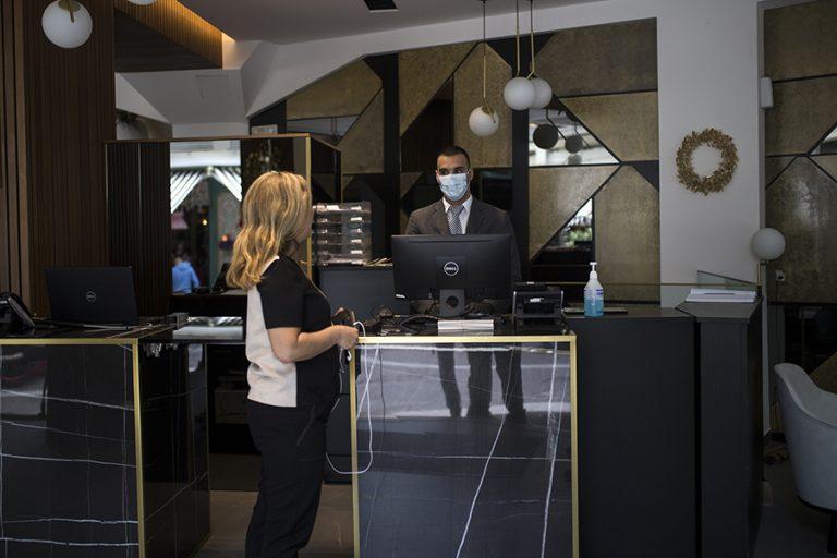 Σε έξι μήνες τα ξενοδοχεία Αθήνας και Θεσσαλονίκης έχασαν 350 εκατ. ευρώ