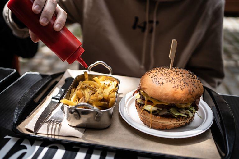 Η Βρετανία καταργεί τις διαφημίσεις πρόχειρου φαγητού πριν τις 9 το βράδυ
