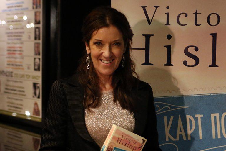 Βικτόρια Χίσλοπ: Πολιτικογραφήθηκε Ελληνίδα η διάσημη συγγραφέας του μπεστ σέλερ «Το Νησί»