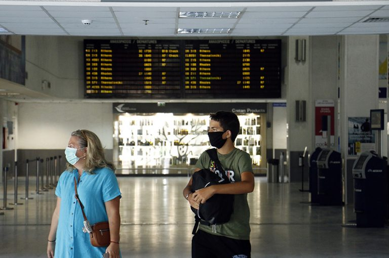 Handelsblatt: Οι τουρίστες φέρνουν τον ιό στην Ελλάδα