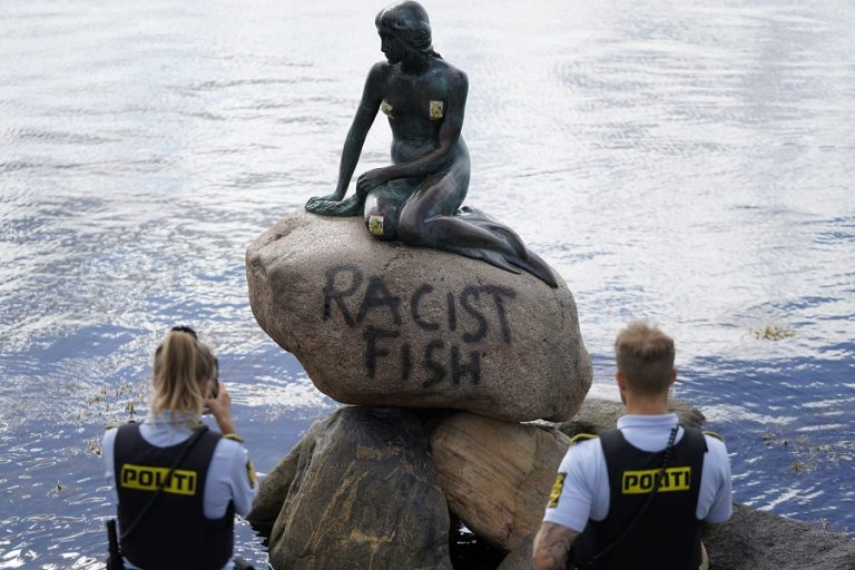 «Ρατσιστικό ψάρι» έγραψαν πάνω στο άγαλμα της Μικρής Γοργόνας στην Κοπεγχάγη (Φωτογραφίες)