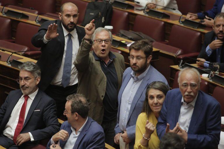 Εντάσεις στην Ολομέλεια της Βουλής- Αποβλήθηκε βουλευτής του ΣΥΡΙΖΑ για απρεπή χειρονομία (Βίντεο)