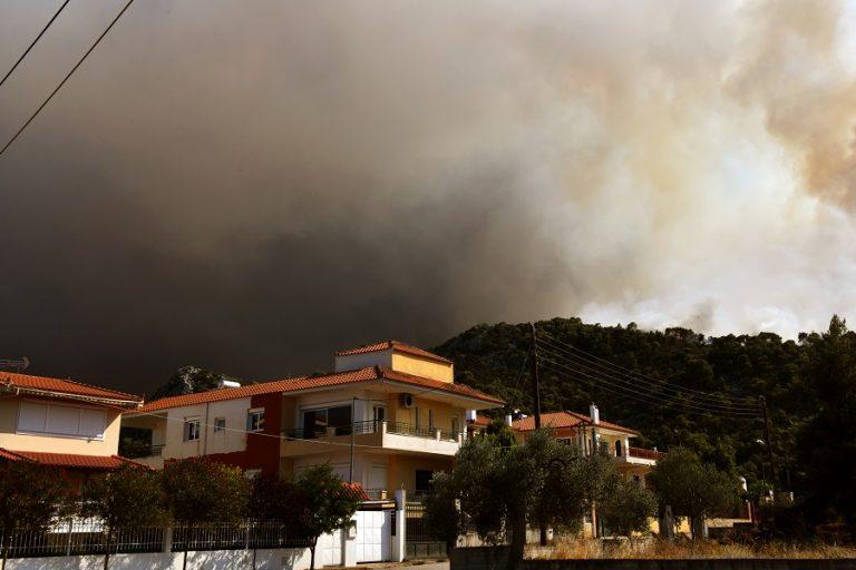 Φωτιά στην Κορινθία: Συνεχίζεται η μάχη – Σε ύφεση η πυρκαγιά στις Κεχριές