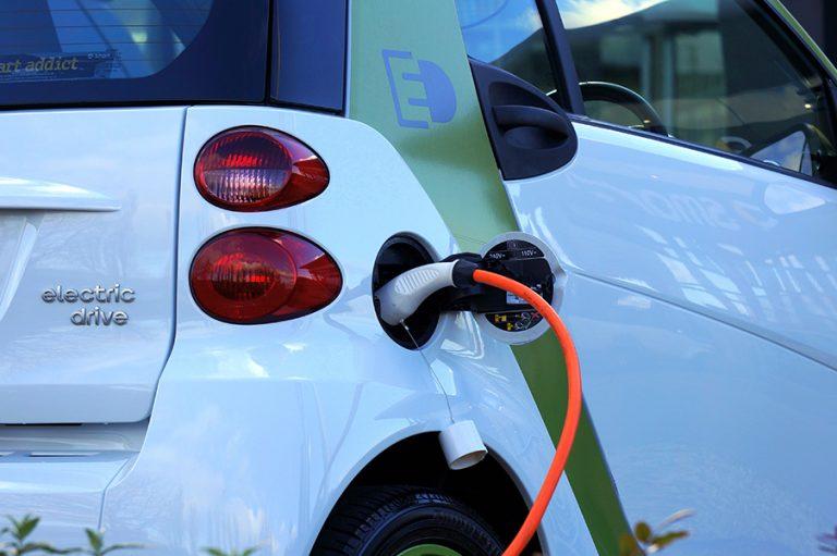 Μπακογιάννης: Βελτίωση της ζωής στην πόλη με την ηλεκτροκίνηση- Δωρεάν θέσεις ελεγχόμενης στάθμευσης για ηλεκτρικά οχήματα
