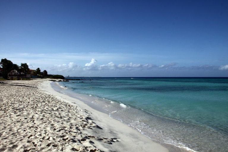 Οι δέκα καλύτερες παραλίες του κόσμου για να «χαθείτε» στα νερά τους