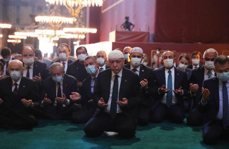 H πρώτη δήλωση Ερντογάν μετά τη φιέστα που έστησε: H Αγία Σοφιά έγινε και πάλι τζαμί -Στην προσευχή συμμετείχαν 350.000 μουσουλμάνοι