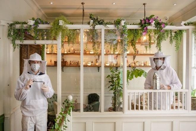 Με στολές… μελισσοκόμων θα υποδέχονται τον κόσμο οι εργαζόμενοι σε μπαρ του Λονδίνου