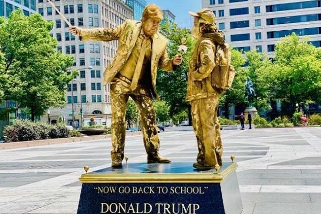 Χρυσά «αγάλματα» απαθανατίζουν τις χειρότερες φετινές στιγμές του Τραμπ