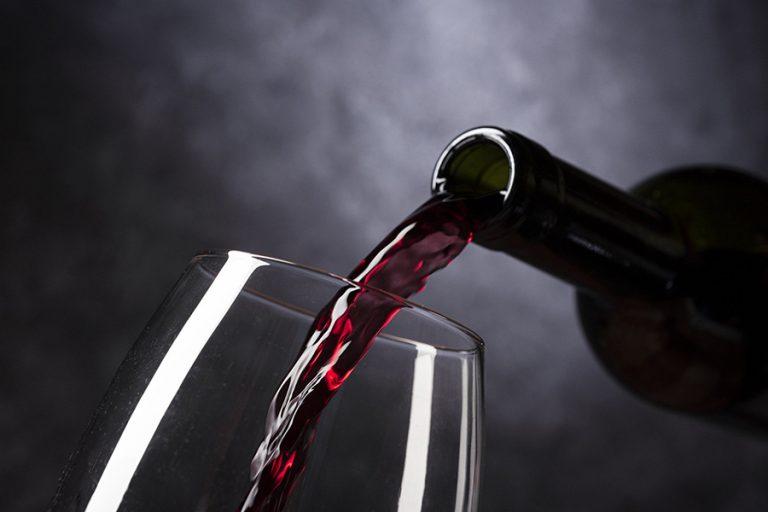 Σπάνιο μπουκάλι κρασί με πολύτιμους λίθους βγαίνει σε δημοπρασία