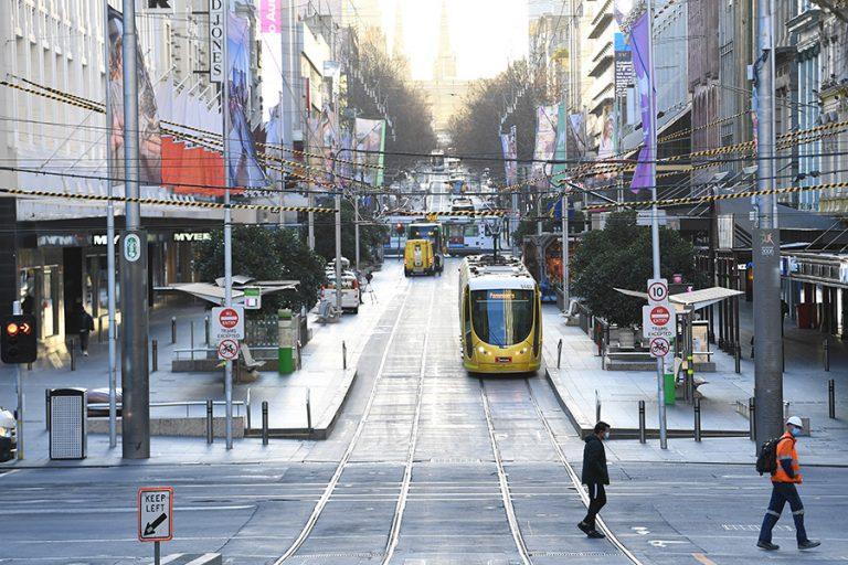 Σε κατάσταση καταστροφής η Μελβούρνη: Γενική απαγόρευση κυκλοφορίας για 6 εβδομάδες