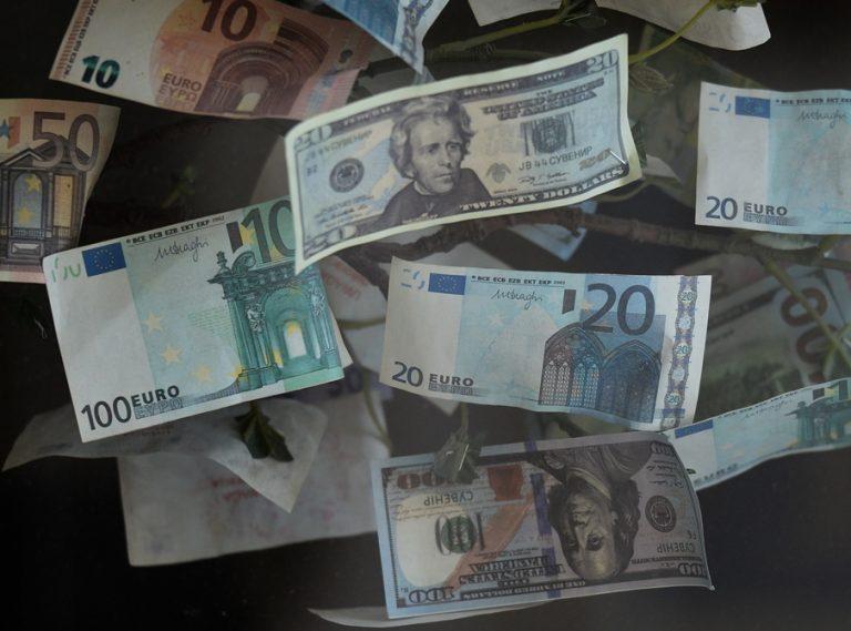 O «μαρασμός» του δολαρίου: Γιατί οι επενδυτές το αποφεύγουν, τι συμβαίνει με το ευρώ