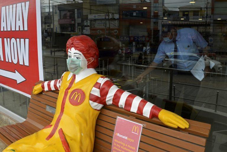 Τα McDonald's κατέγραψαν τη χειρότερη πτώση πωλήσεων παγκοσμίως εδώ και τουλάχιστον 15 χρόνια