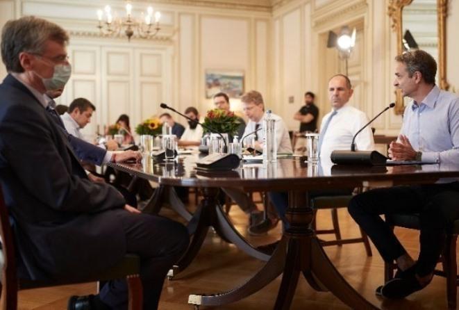 Τηλεδιάσκεψη υπό τον πρωθυπουργό για τον κορωνοϊό