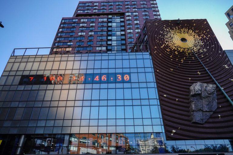 Climate Clock: Ρολόι στη Νέα Υόρκη μετρά αντίστροφα το χρόνο που έχει ο άνθρωπος για να «σώσει» τον πλανήτη