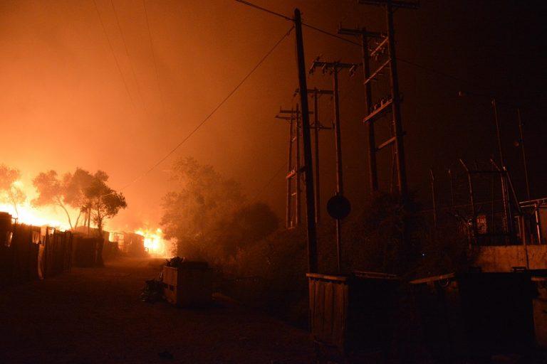 Μαίνεται η μάχη με τις φλόγες- Ανυπολόγιστες καταστροφές, αποπνικτική η ατμόσφαιρα στην Αττική