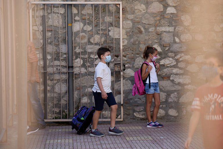 Σχολεία: Πώς φτάσαμε στο φιάσκο με τις μάσκες-γίγας