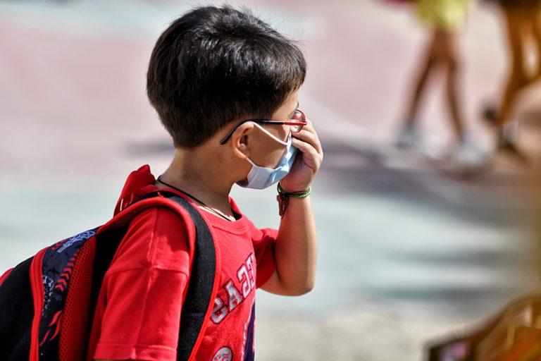 Διακόπτεται μετά το φιάσκο η παραγωγή μασκών για τους μαθητές- Πώς θα διορθωθεί το λάθος