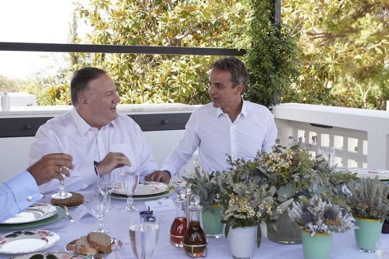 Γεύμα Μητσοτάκη- Πομπέο στο πατρικό σπίτι του πρωθυπουργού με ντόπια πιάτα και εδέσματα