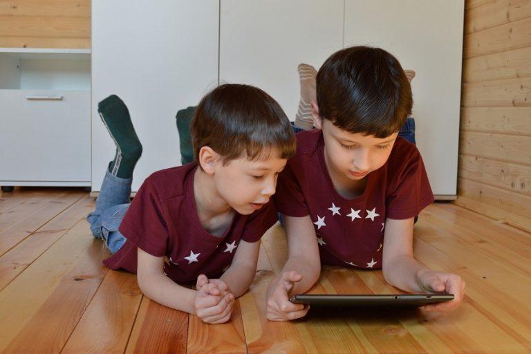 Οφέλη, προκλήσεις αλλά και κίνδυνοι από την αυξημένη εξάρτηση των παιδιών από την τεχνολογία στη μετά Covid-19 εποχή