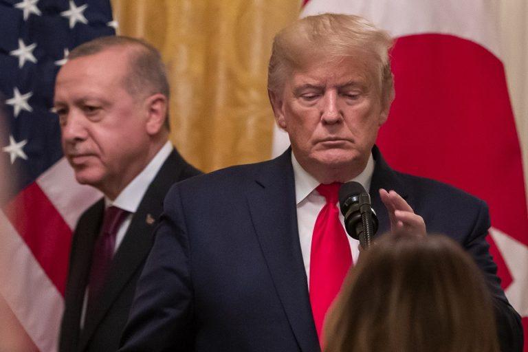 Οι κυρώσεις από τις ΗΠΑ «έκοψαν» τα φτερά του Ερντογάν