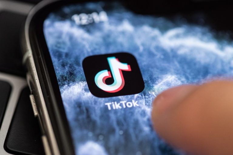 Το TikTok κάνει ιδιωτικούς όλους τους λογαριασμούς χρηστών κάτω των 16 ετών