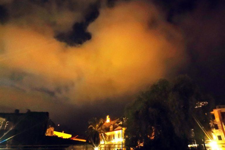 Καιρός: Αποπνικτική ατμόσφαιρα με σκόνη, υψηλές θερμοκρασίες και λασποβροχές