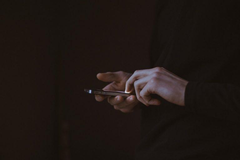 Η πανδημία έφερε «εξάρτηση» των Ελλήνων στο κινητό τους