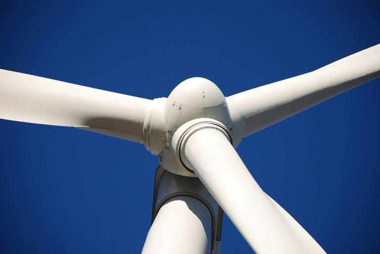 Μπαταρίες Tesla και ανεμογεννήτριες Energon στον Άη Στράτη: Το Fortune μίλησε με τον υπεύθυνο του μεγάλου έργου