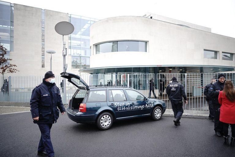 Έκτακτο: Αυτοκίνητο έπεσε στην πύλη του γραφείου της Μέρκελ στο Βερολίνο