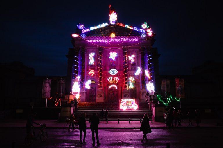 Η γιορτινή εγκατάσταση στην πρόσοψη της Tate- Μήνυμα αισιοδοξίας μέσα στο lockdown