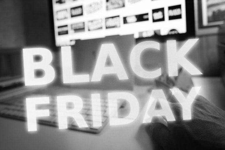 Μάχη μεριδίων σε μια e-Black Friday μακράς διάρκειας