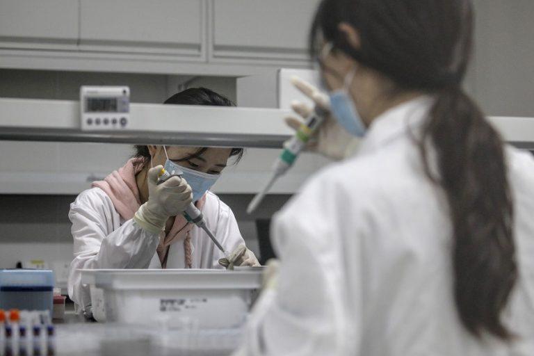 Η Κίνα θέτει στόχο εμβολιασμού μισού δισεκατομμυρίου ανθρώπων σε 5 μήνες. Μπορεί να τον επιτύχει;