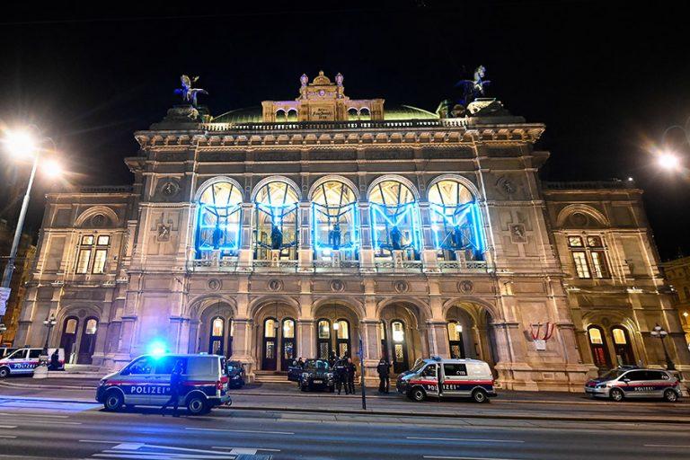 «Δεν το βάζουμε κάτω», λένε οι ηγέτες του κόσμου μετά την αιματηρή επίθεση στη Βιέννη