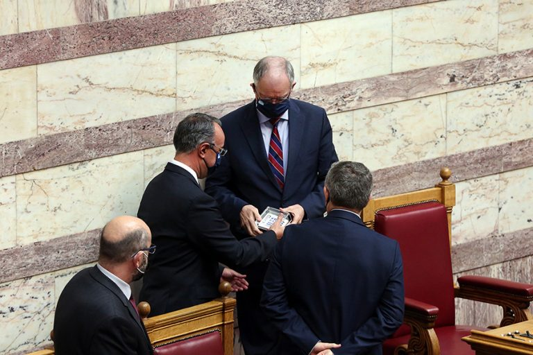 Κατατέθηκε στη Βουλή ο προϋπολογισμός: Ύφεση 10,5% φέτος- Ανάπτυξη 4,8% το 2021