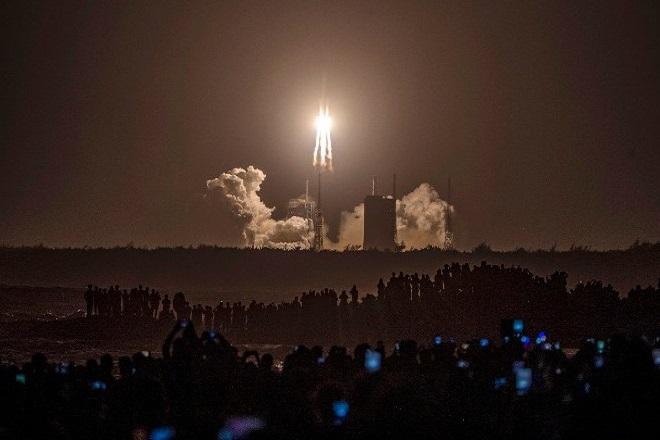 Εκτοξεύθηκε η ιστορική ρομποτική αποστολή της Κίνας- Θα φέρει τα πρώτα δείγματα από τη Σελήνη μετά το 1976