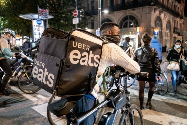 H υπηρεσία Uber Eats γνωρίζει «εκρηκτική» αύξηση εν μέσω πανδημίας