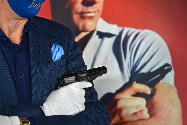 Απίστευτο ποσό έπιασε το θρυλικό πιστόλι του πρώτου «Τζέιμς Μποντ» σε δημοπρασία
