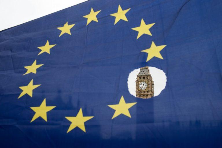 Έπεσαν και επίσημα οι τελικές υπογραφές για την εμπορική συμφωνία του Brexit